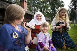 Maya Persson spelar horn och Sofia Målare flöjt, för Lovisa och Lilian Målare i vikingakläder.