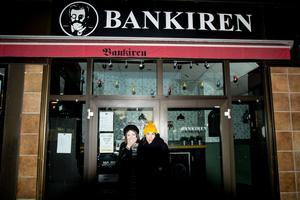 Daniela Wirén och Åsa Nordquist, arrangörskollektivet Maskrosen, utanför Bankiren.