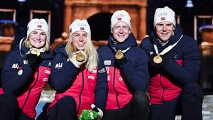Det norska laget har precis fått sina guldmedaljer. Tiril Eckhoff,Marte Olsbu Röiseland, Vetle Sjåstad Christiansen och Johannes Thingnes Bö. Foto: TT/Anders Wiklund
