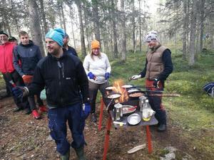 Lars Modig tillsammans med Kristina och Pär vid det värmande stekbordet