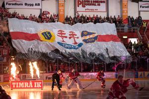 Så här såg det ut i NHK Arena inför den hockeyallsvenska finalen 2018. Nu är timrå IK tillbaka i nästa högsta serien och intresset för att köpa årskort till lagets matcher har varit relativt stort, meddelar klubben. Bild: Pär Olert/Bildbyrån