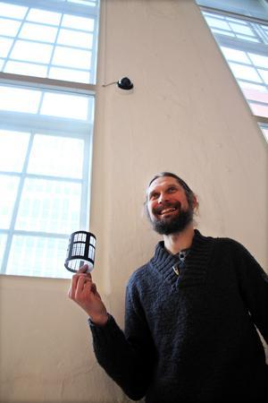 Frédéric visar upp ljuslyktan som designades med Karlsgatan 2:s arkitektur i åtanke. Och visst syns det?