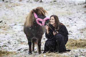 Ponnyn Tessan är världens snällaste, säger Madelene.