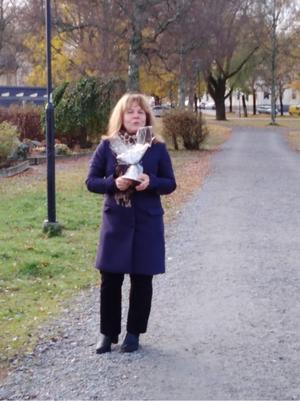 Kunniga, duktiga, härliga Monica Sundin osteoporossköterska Region Gävleborg fick allas uppmärksamhet och föreläste föredömligt utomhus under en av våra promenader. Bild: Lena Jonsson.