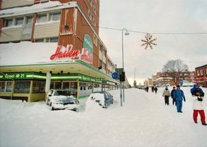 Bilar blev stående i snön på de mest udda ställen.