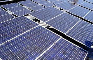 Genom att sätta upp massor av solcellsanläggningar gör vi processen lättare, enligt skribenten.