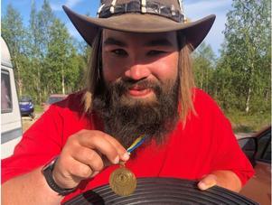 Dan Gustafsson med sin guldmedalj från diamantvasknings-VM som han tog tidigare i sommar. Foto: Privat
