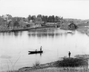 Gammal bild som visar Stömneåns utlopp i Avasjön. De flesta byggnaderna finns kvar än i dag, men syns inte längre. Den gamla flottrännan revs på 60-talet och idag finns bara några rester kvar där den slutade.