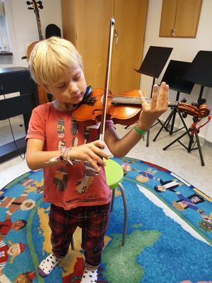 Vivi Båvners son Stig, 6 år, får inte fortsätta spela fiol i Kulturskolan, enligt besked häromdagen.