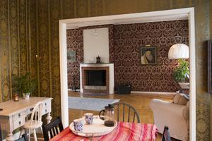 Mustiga tapeter i guld och sammet har fått sitta kvar i 1800-talshuset.