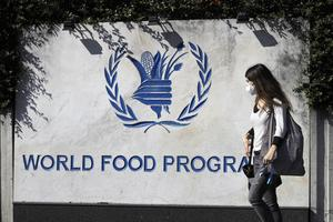 FN:s livsmedelsprogram WFP fick nyligen Nobels fredspris. Det är ett erkännande för livsmedelsprogrammets fantastiska insatser för att leverera mat till behövande i både konflikt och fred. Och framför allt är priset en påminnelse om det internationella samarbetets betydelse, skriver Annelie Börjesson och Bosse Bergqvist. Foto: Gregorio Borgia, TT.