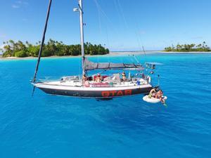 Aloha Sailing seglade i turkost vatten mellan atollöarna i Franska Polynesien för en tid sedan. Bilden är tagen vid Raroia. Foto: Privat