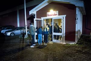 Kö in till Ånäshallen. Det kom över 700 personer för att se derbyt.