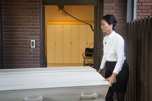 Anna Jupither Berg säger att hon förstår att lukten från bårhuset kan påverka människor.
