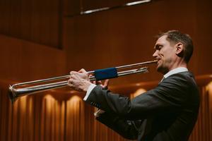 Barocktrumpeten har inga ventiler som en modern trumpet utan tonerna skapas av blåsarens läppar. Elias Svanbergs teknik är suverän.Foto: Martin Bohm