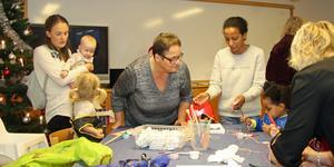 Monica Johansson (mitten) hjälper barn och föräldrar att julpyssla på öppna förskolan.