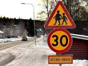 Skyltning ska uppmärksamma trafikanter på att det finns i en skola intill vägen och att de måste sänka hastigheten.