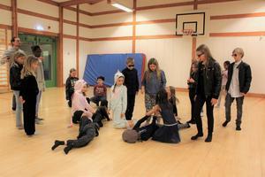 Barnen har tillsammans skrivit föreställningen och skapat sina egna karaktärer.