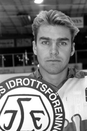 Arkivbild/Montage. Carl-Erik Larsson är en stor Leksandsprofil. Här dock i Malmös matchtröja säsongen 89-90 som var den säsong Malmö gick upp i Elitserien.