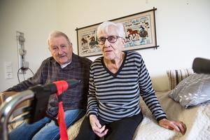 Livskamraterna Herbert Dahl och Gudrun Hägglund kan inte längre ses så ofta som de skulle vilja. Herbert är både arg och ledsen över att Ragunda kommun har minskat antalet platser på Bergegården i Stugun.