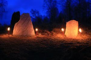 Vintersolståndet firas i lågornas sken vid runstenar och gravar på Ramsjö vikingaområde. Foto: Mats Köbin