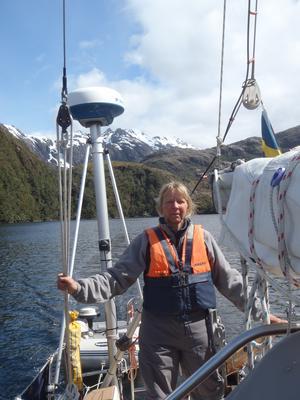 Milo Dahlmann står på däcket och styr sin båt. Chilenska Patagonien. Foto: Magnus Lindén.