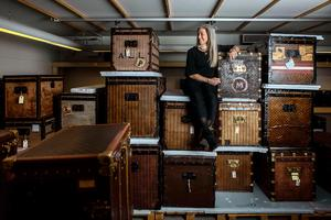 Under 15 år har Johanna Malm tillsammans med sin man byggt upp en samling med Louis Vuitton-koffertar. Nu ställs den ut i Sverige för första gången. Bild: Axel Öberg