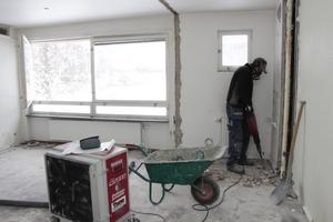 Magnus Andersson på TK Bygg bilar ett golv. Här ska det bli nya lägenheter.