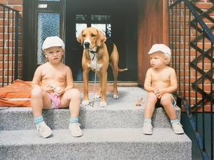 Bröderna Jonatan och Marcus Berg på besök hos farmor Ingegerd och farfar Knut i slutet av 80-talet. Hunden Jana syns i mitten. Foto: Privat