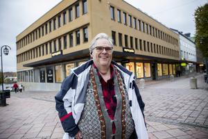 Mats Haglund, Vårsta diakoni, framför centrumhuset vid torget där trygghetsboende planeras.