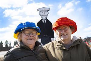 Åsa Hådén-Nilsson och Kerstin Eskel är två av de ideellt arbetande på hantverksföreningen Stöde forms butil. Nu hoppas de få fullt upp med att sy kepsar.