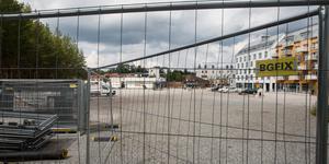 Bygglovet för nästa etapp av Nykvarns nya centrum är ännu inte klart. Etappen består av tre byggnader på rad nedanför åsen – 165 lägenheter plus butikslokaler. För att det tredje huset ska kunna byggas måste dagens Icabutik rivas.