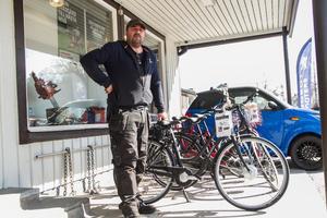 Vår försäljning av elcyklar kommer att minska genom Hudiksvalls kommuns förmånserbjudande bedömer Fredrik Ekblom på Åkes Motor i Delsbo.