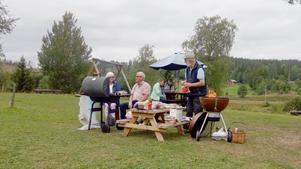 Grillmästarna Åke Olander och Åke Lundkvist med assistenter fixade maten. Foto: Annaliisa de Faire