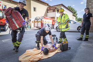 Lars Luthin hjälper brandmannen Emil Blixt med