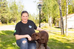 Hundtränaren Camilla Grunditz och hennes labrador Ninja.