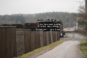 Impregnerade kraftledningsstolpar inne på området vid Hällarna. 75 procent av produktionen går på export till kunder över hela världen.