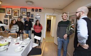 GD:s kulturredaktör Kristian Ekenberg  överraskar Kalle Zerpe med GD:s kulturpris.