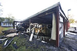 Elva bilar stod i garaget när branden bröt ut på måndagskvällen.