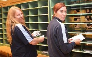 Stefan Nugos och Yvonne Eriksson vid brevsorteringen. Foto: Stefan Rämgård/DT