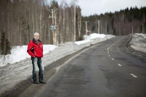 Hampe Viklund har reagerat på det ökade slitaget på länsväg 331. Han tror att det har ett samband med ökad vägsaltning.