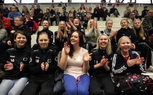 Innebandycupen hade många åskådare på läktarna på Lugnet. Även i Enviken var det fullt på läktarna. Foto: Staffan Björklund
