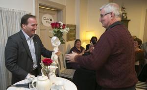 Arbetarekommunens ordförande Gunder Lidén tackade för besöket. Naturligtvis med en bukett röda rosor.