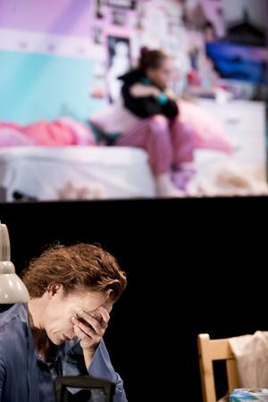 Hanna Lekander spelar mamman som kämpar med sina egna tillkortakommanden samtidigt som hon försöker nå fram till dottern i Martina Montelius pjäs