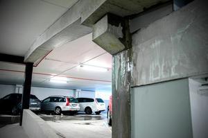 Vatten rinner efter väggarna i det nya parkeringsgaraget Stuvaren i Inre hamnen.