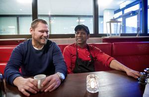 Fastighetsägaren Stefan Berglund är nöjd efter att precis ha skrivit hyreskontrakt med Polto Nur som blir den nya restaurangchefen i Njurundabommen.