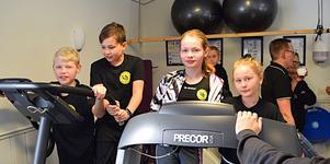 Några ungdomar testar redskapen  inne i det gym som redan gett föreningen ett lyft.