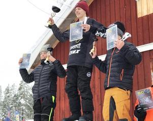 Heta hälsingar på pallen i äldsta ungdomsklassen – tvåan Nemo Fahlander och högst upp starke Alfred Gunnarsson.