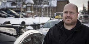 Lasse Eriksson har nu tagit sin Tesla och kör den för nya bolaget Dlvery i stället för Taxi Östersund vars bil står i bakgrunden.