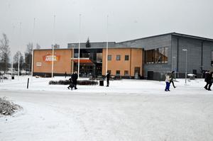 Moderaterna vill att kommunen följer i Lindesbergs spår och bygger en arena som kan användas för idrott, konserter och konferenser.